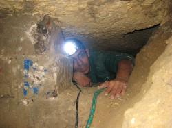 Prospezione speleologica in un varco creato nel sottosuolo.