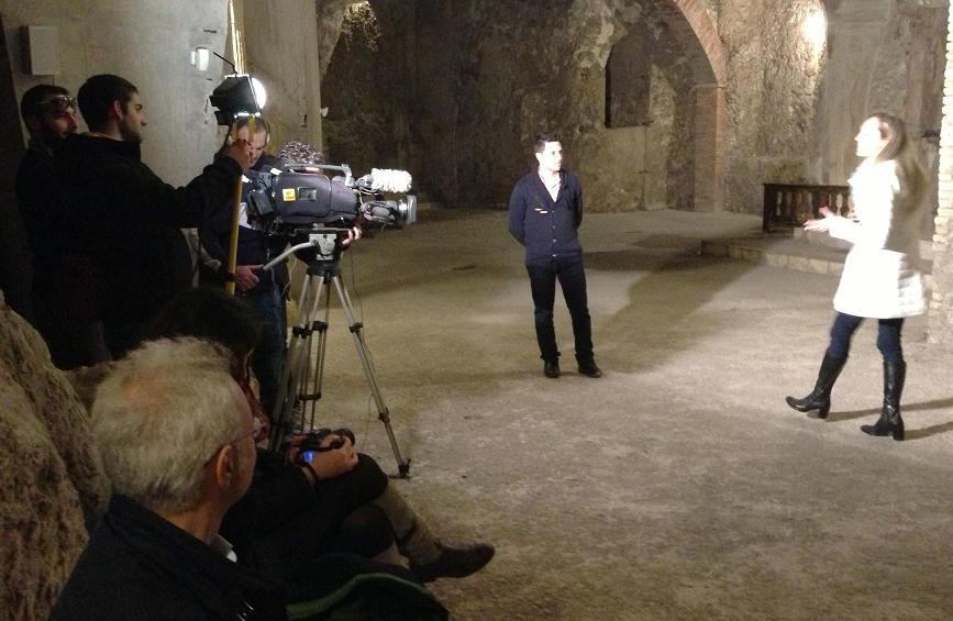 Un momento della registrazione nelle grotte di Cagliari