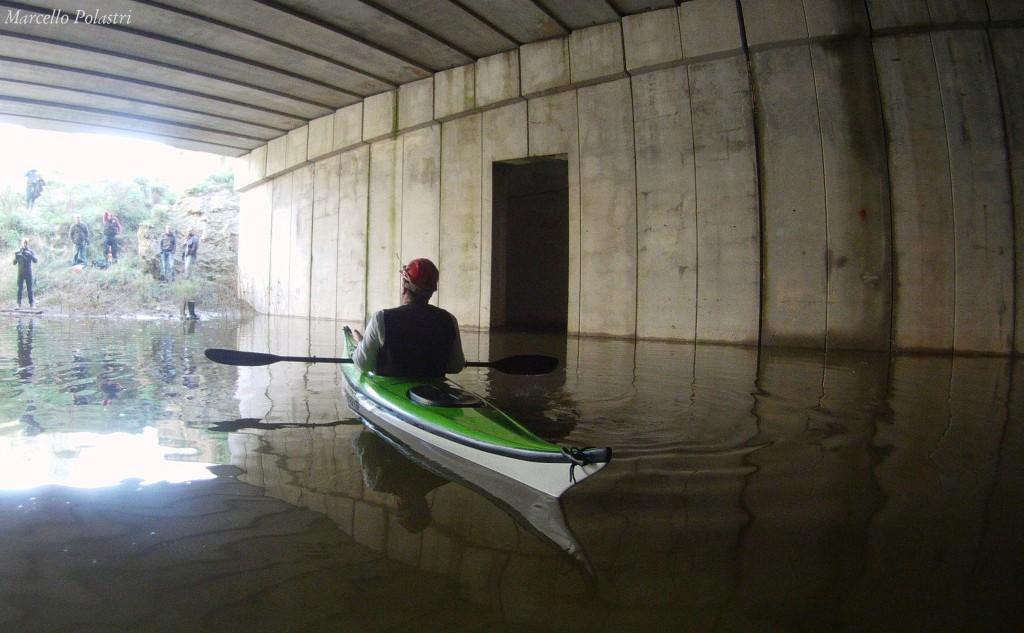 In canoa, sotto Cagliari, esplorando il colle Tuvumannu ed il suo incompiuto sottopasso