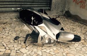 Uno degli scooter scaraventati sul marciapiede