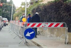 Residenti sfoltiscono la siepe per alleggerire il muro