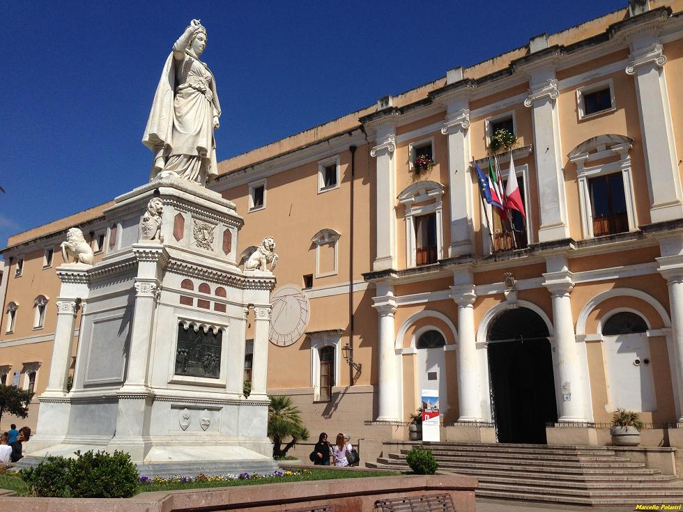 Oristano la statua che ritrae Eleonora D'Arborea.