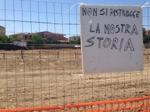 Cartello protesta Selargius archeologico cantiere