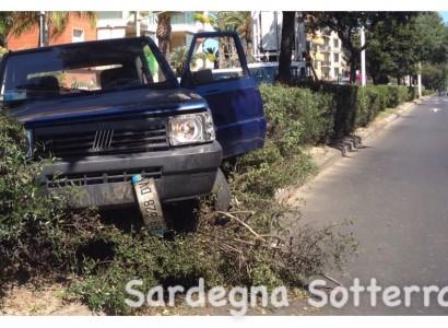 Auto vola sui cespugli: sfiorata la tragedia in viale Poetto