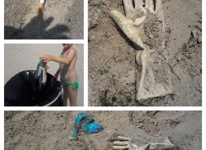 Famiglia modello ripulisce la spiaggia di Quartu Sant'Elena