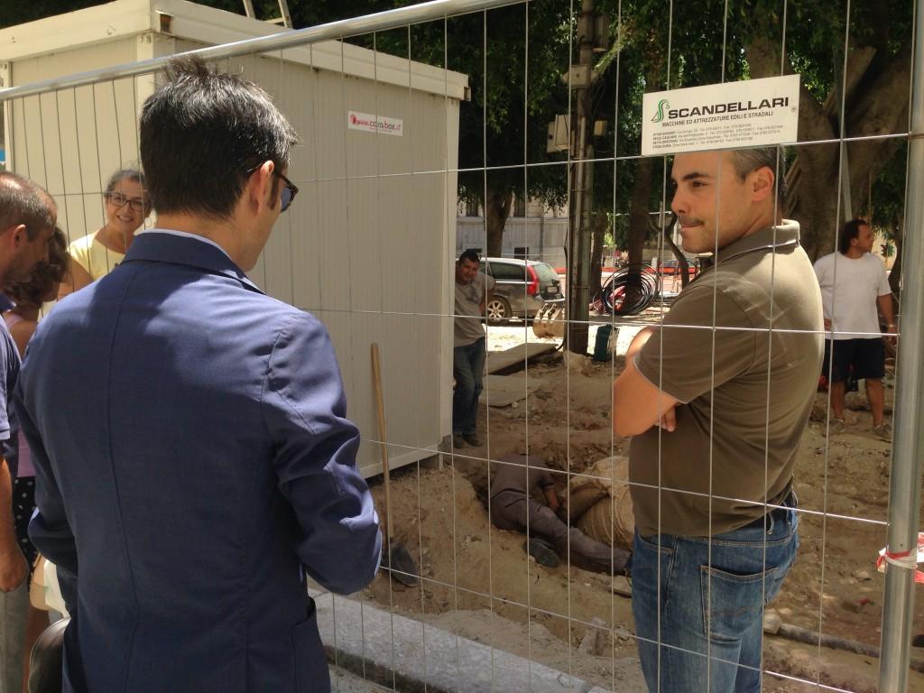 Il sindaco di Cagliari in visita in un cantiere nel quale è stato scoperto un reperto archeologico. Era il 2015.
