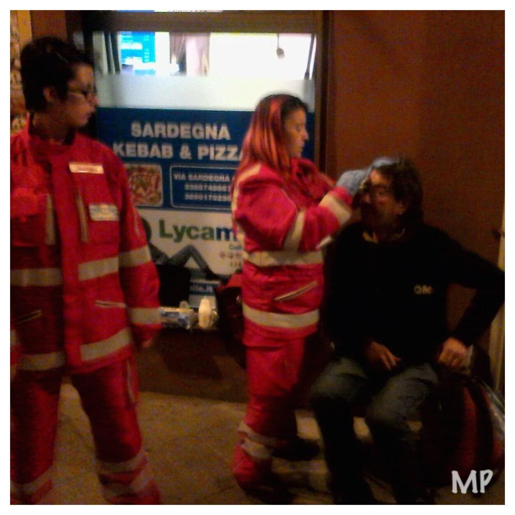 I volontari prestano i primi soccorsi al ragazzo aggredito.