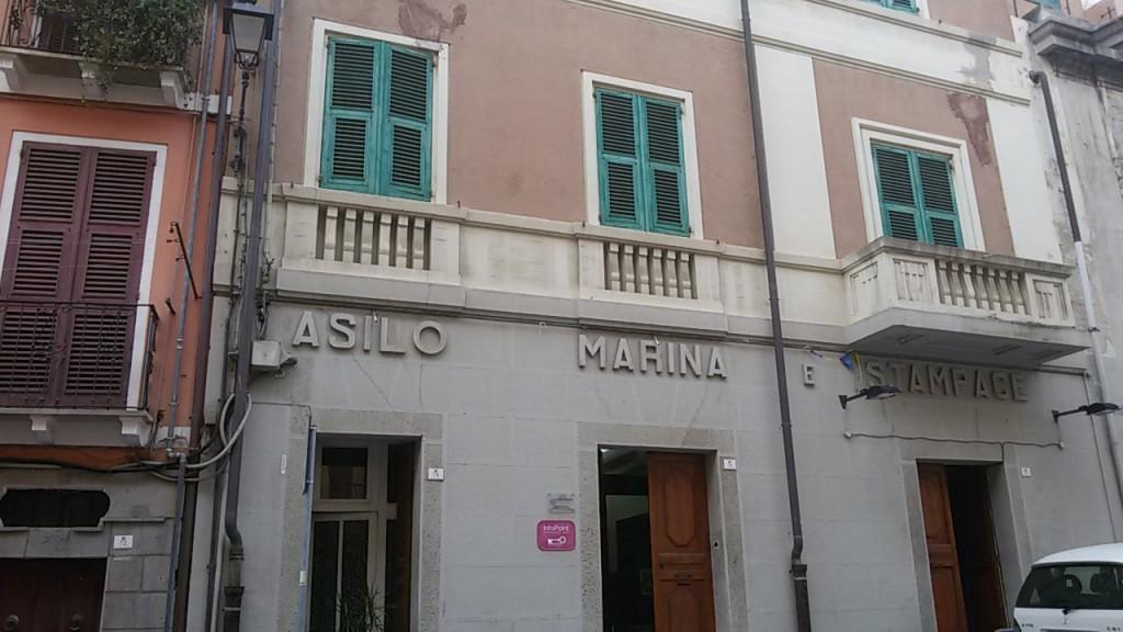 La facciata d'ingresso dell'Asilo. Da: Cagliari.vistanet.it.