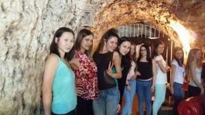 Ragazze nella location di Grotta Marcello.