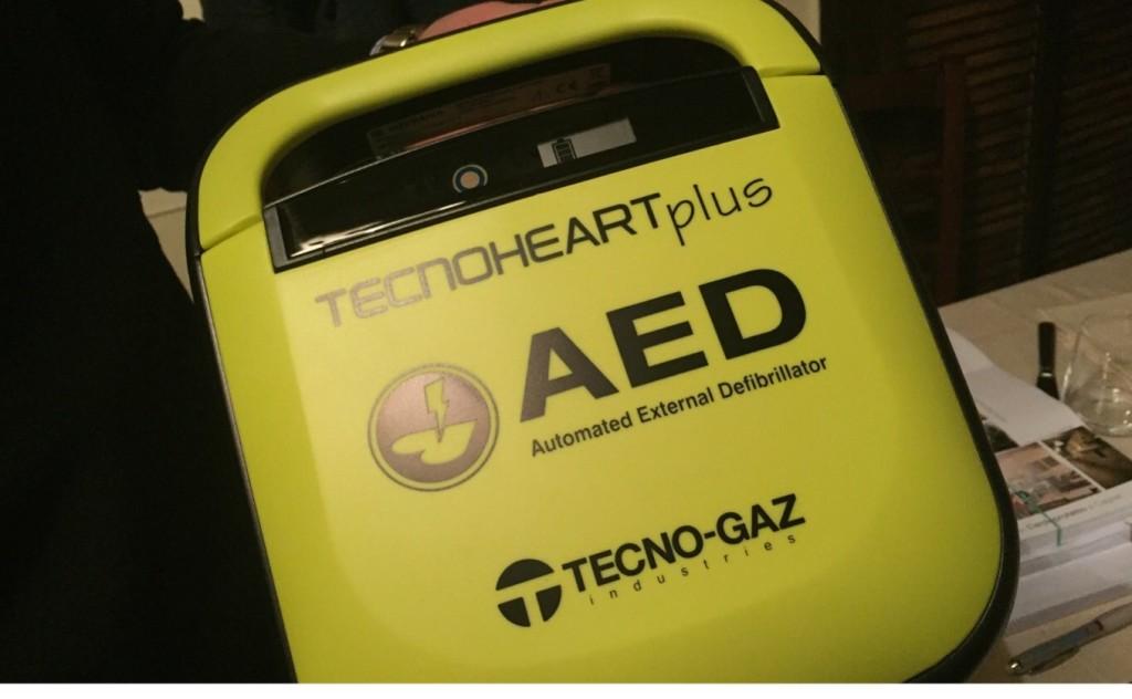 Un defibrillatore.