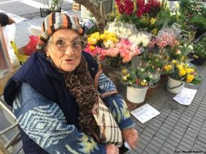 Una signora accanto ai fior