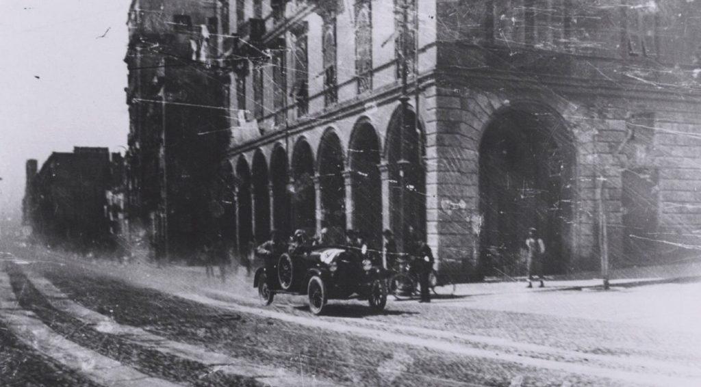 Un'auto d'epoca sfreccia in città
