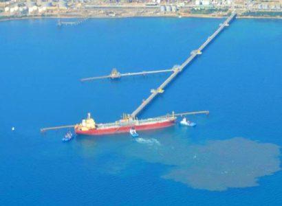 Allarme inquinamento nel mare fronte Saras