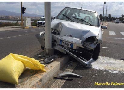 Incidente stradale al Poetto: auto finisce su un palo