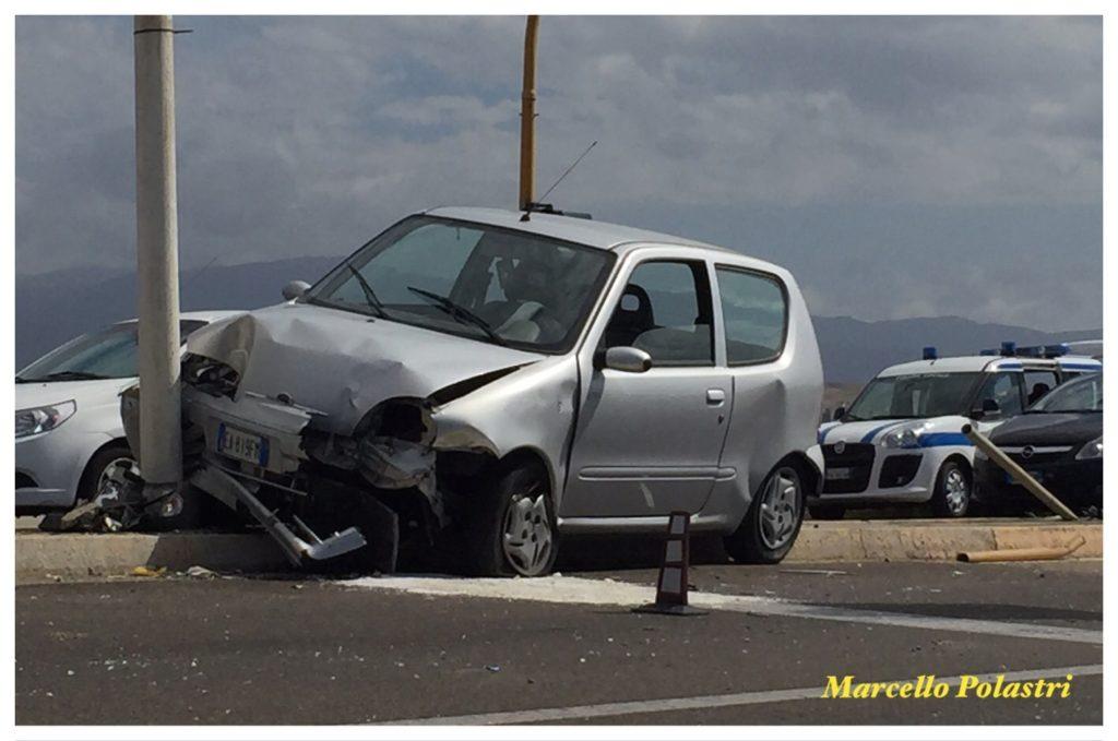 L'auto finita sul palo. Foto di Marcello Polastri.