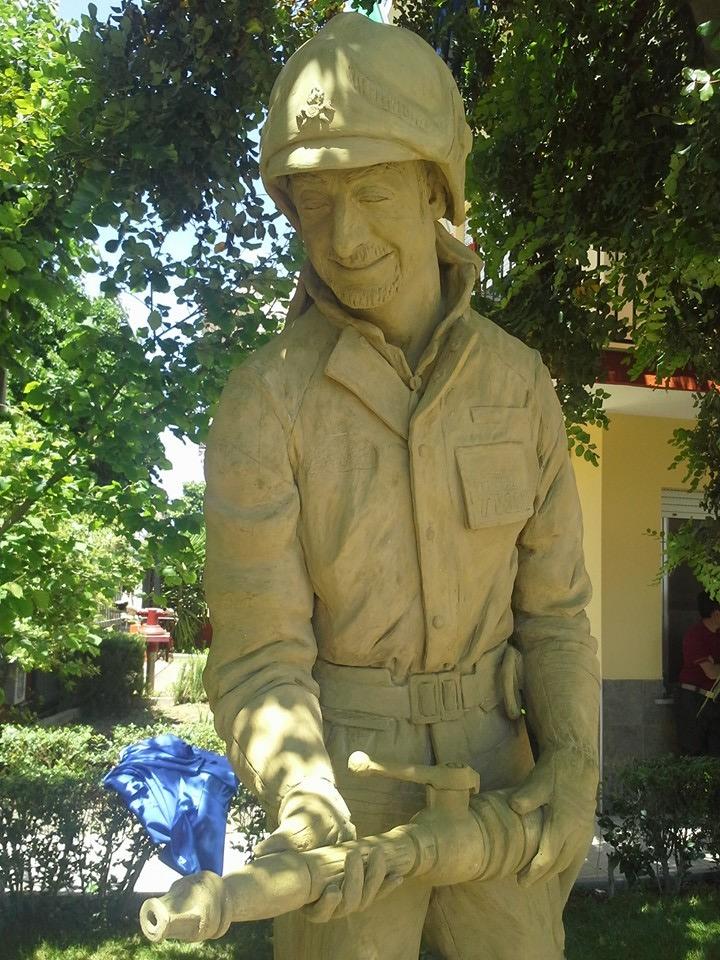 La statua di Massimo Casu. Dettaglio.