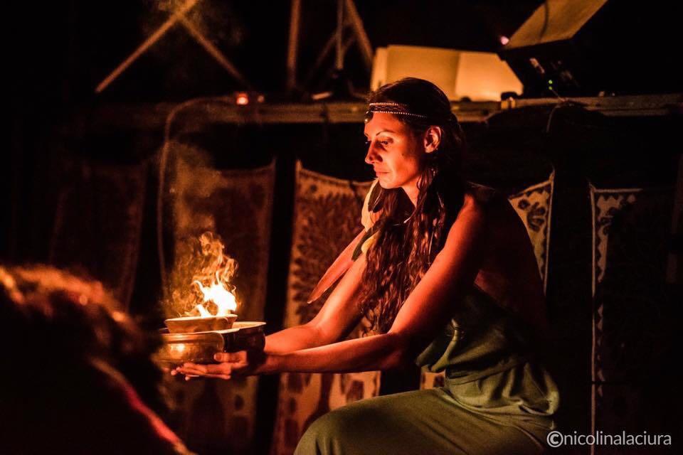 Sara Gasparotto impegnata in una cerimonia con gli shamani