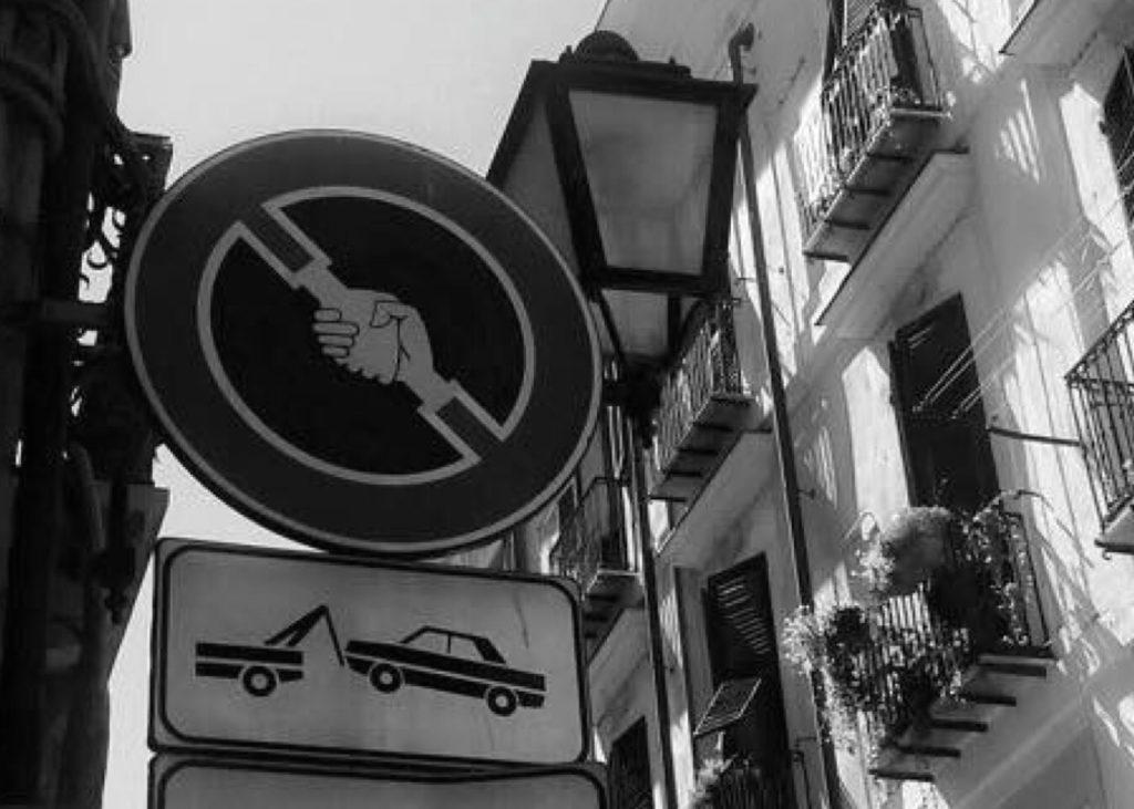 """Il cartello """"matto"""" in uno scatto di Rossella Angioni"""