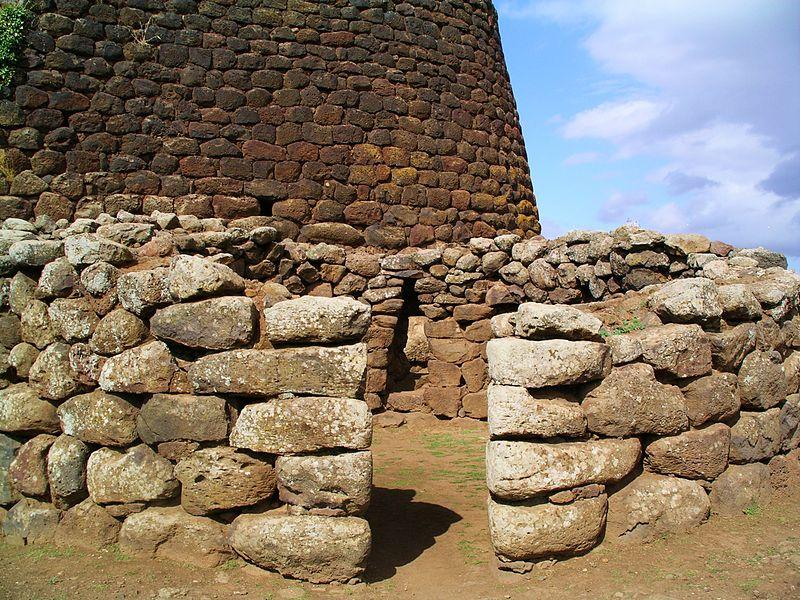 Tra le strutture abitative preistoriche ed il nuraghe.