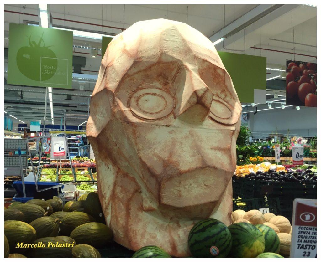 Una riproduzione della testa gigante di una statua ritrovata nel Sinis