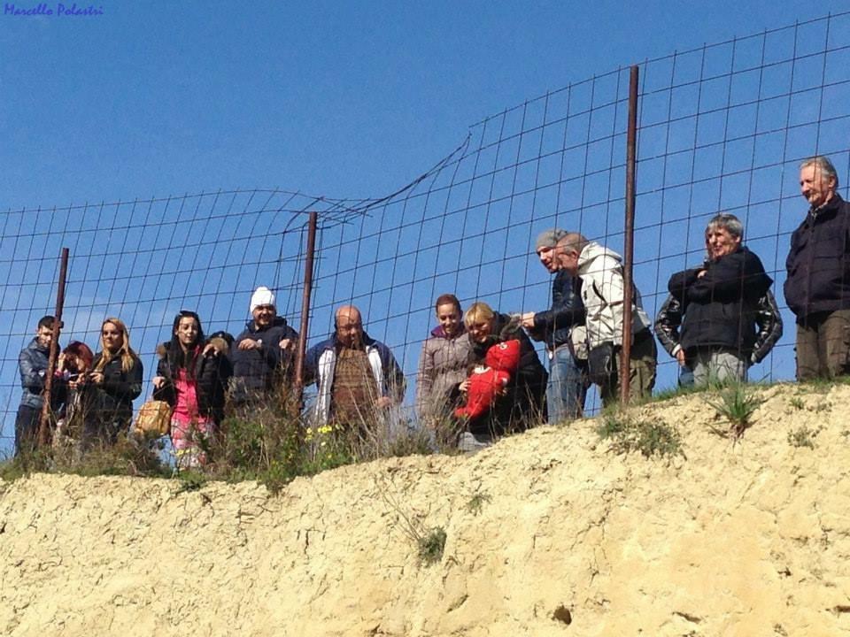 Gli abitanti osservano le registrazioni dal bordo del tunnel