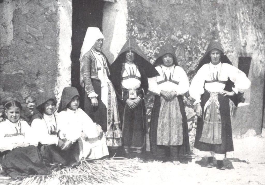 Donne a bambini in abiti tradizionali sardi