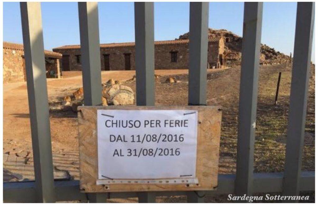 Il cartello sul cancello del Nuraghe Seruci: foto scattata da Diego Schirru nell'agosto del 2016