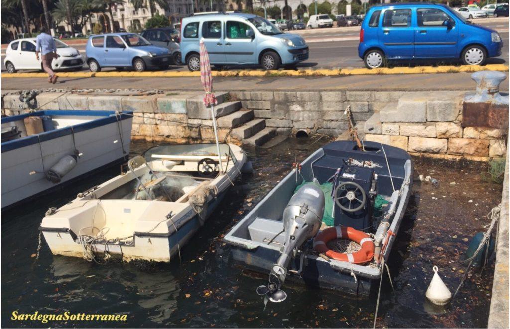 Tanto sporco accanto alle imbarcazioni