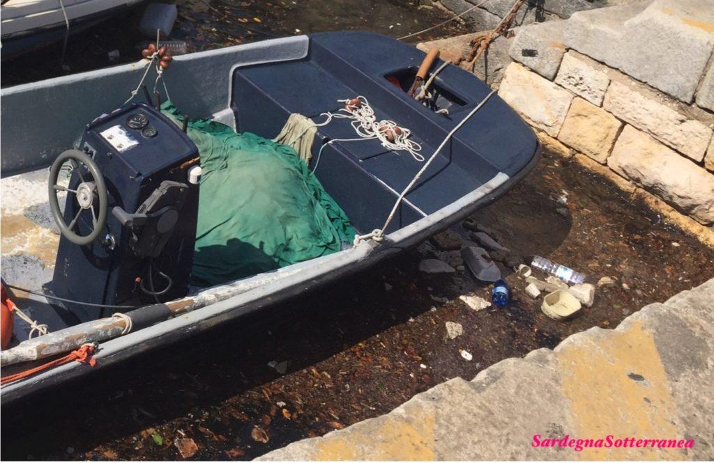 La sporcizia nelle banchine del porto