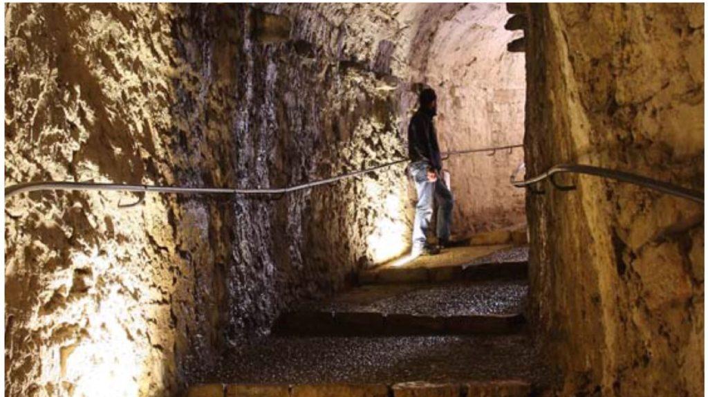 Le scale d'accesso alle cannoniere usate come rifugio di guerra.