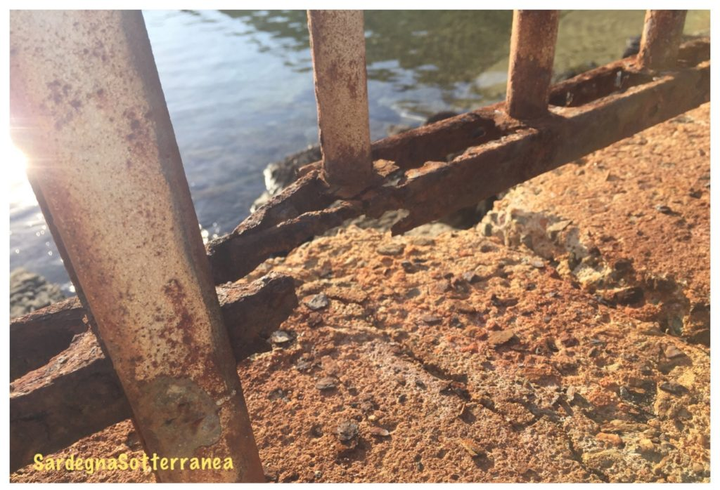La rete arrugginita che chiude la spiaggia