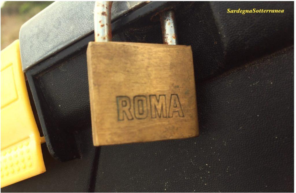 """Il lucchetto con la scritta """"Roma""""."""