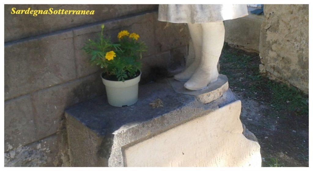 La tomba nella quale le api hanno costruito un alveare.
