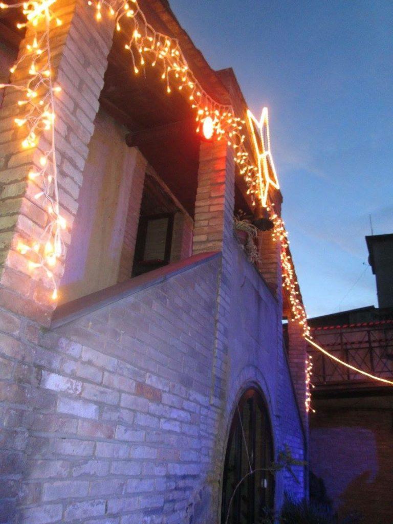 La facciata della casa di babo Natale a San Sperate