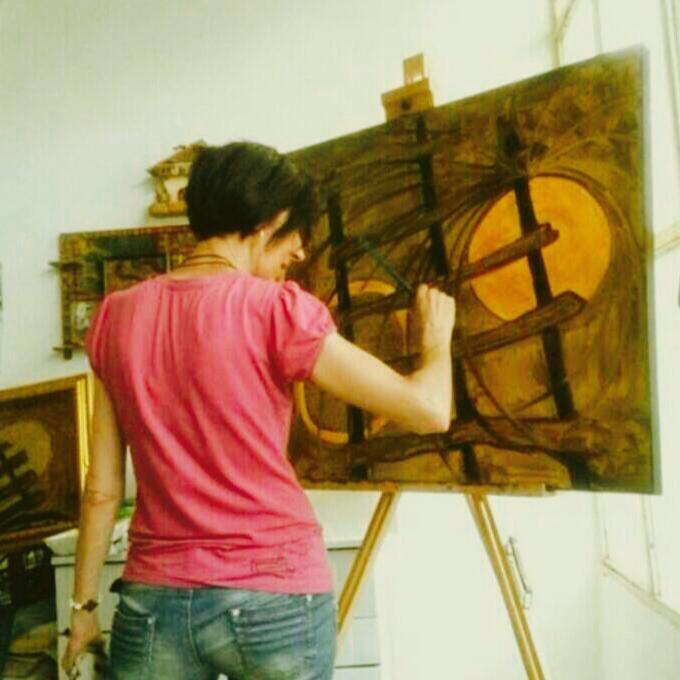 L'artista Mariarosaria Spina al lavoro.