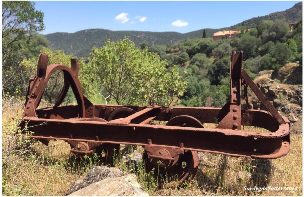 San Leone. Un carrello abbandonato a bocca di miniera.