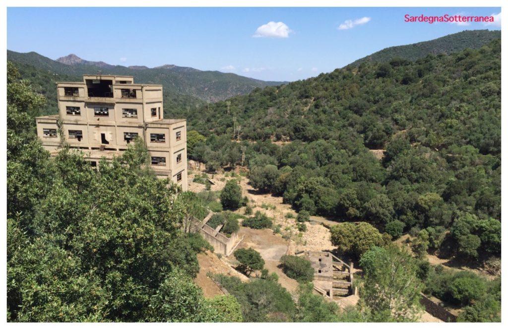 La grande miniera di San Leone ed il bosco lussureggiante.
