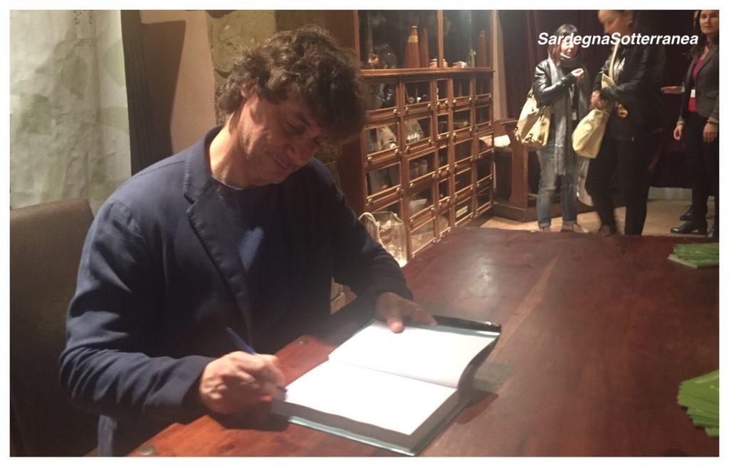 Alberto Angela a Cagliari per formare le copie del nuovo libro ai suoi lettori.