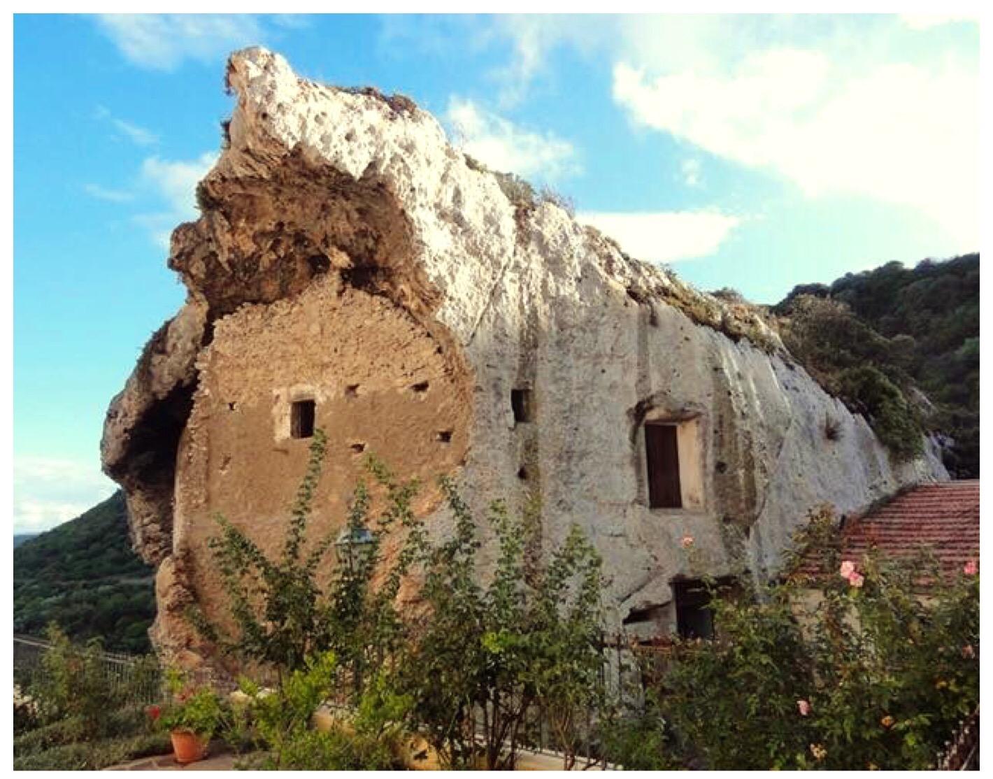 A sedini la casa delle fate pi grande del mondo scavata for Piani di casa di roccia del fiume