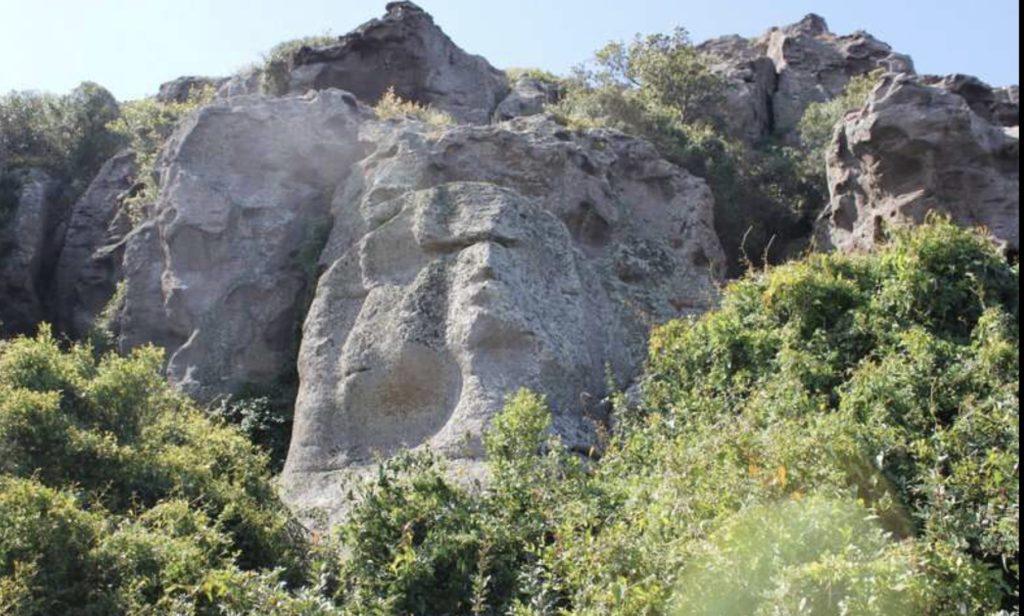 La sfinge nelle montagne sarde di San Giovanni Suergiu.